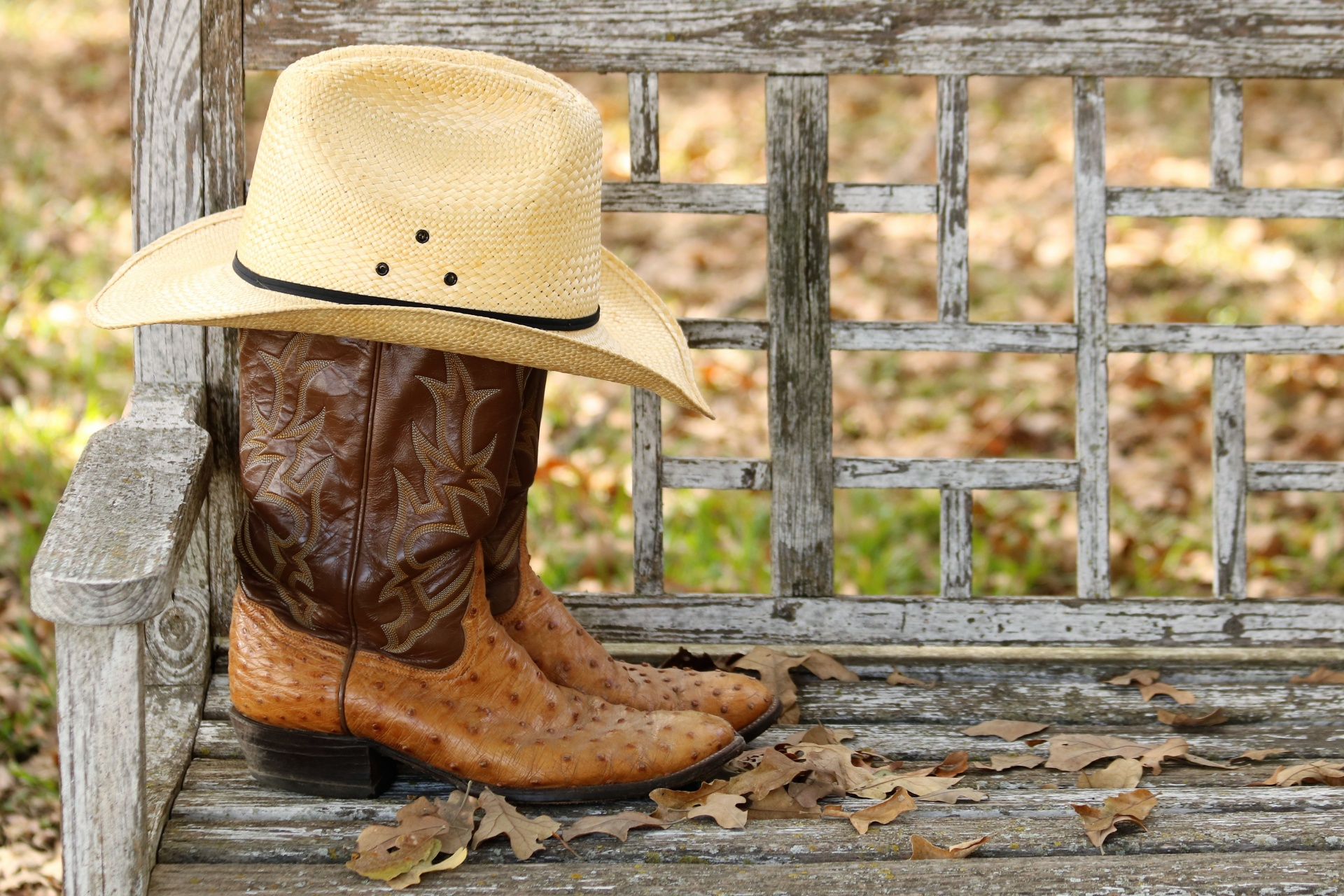 cowboy-hat-and-boots-on-bench
